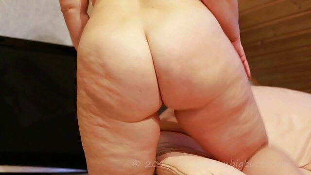 La mamma succhia e si masturba il grosso cazzo video hard di casalinghe del figlio, augurandogli una buona notte